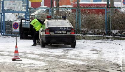 Policjant zaparkował na zakazie i poszedł do banku