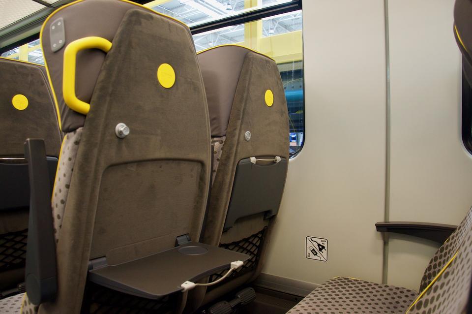 Fotele mają stoliki na laptopa (z wysuwaną metalową podstawą), wieszaki...