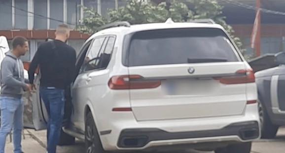Veljko Ražnatović ulazi u kola