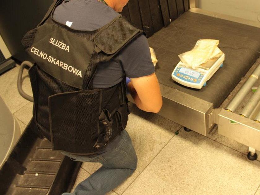 Rekordowy przemyt na warszawskim lotnisku. Kokainę ukrył w plecaku