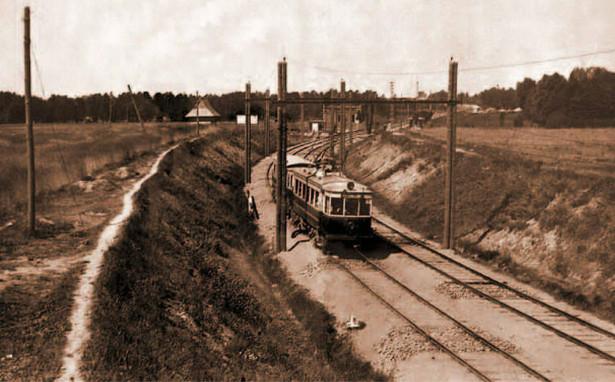 Kolej EKD odjeżdżająca ze stacji w Pruszkowie - rok 1930.