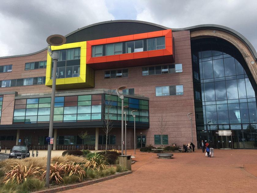 Po śmierci Alfiego Evansa ludzie gromadzą się pod szpitalem w Liverpoolu