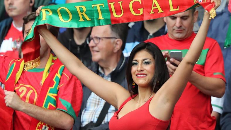 Piękna kibicka wspiera swoją drużynę podczas meczu Portugalia - Austria. Jej zespół zremisował 1:1.