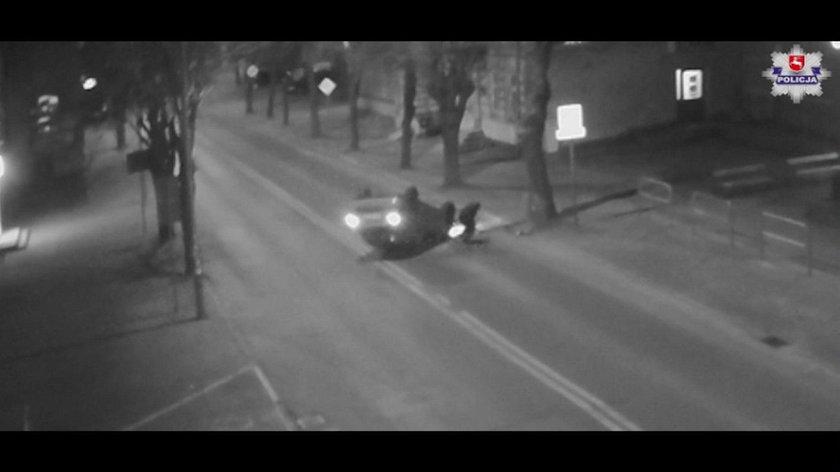 18-latek zasnął za kierownicą, samochód dachował. Wstrząsające nagranie