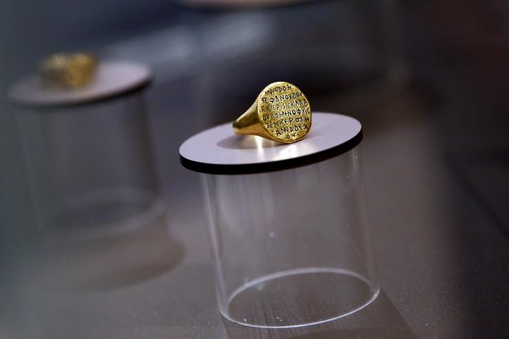 narodni muzej_zlatni krunidbeni prsten kraljevica radoslava 1219-1220 foto Vesna Lalic_24 (3)