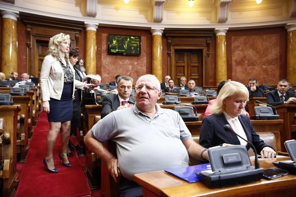 Vojislav Šešelj sa Natašom Jovanović na sednici Skupštine