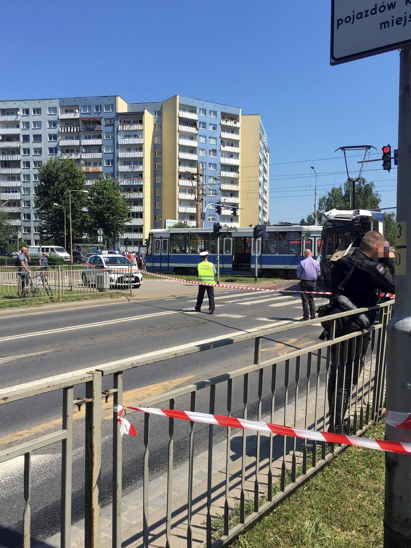 Tramwaj zderzył się z ciężarówką we Wrocławiu. Są ranni