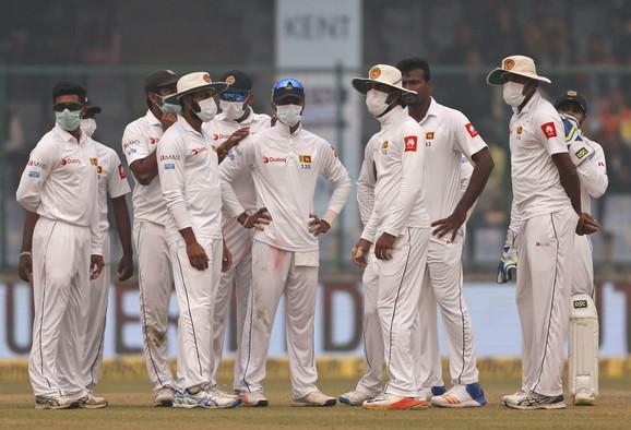 Reprezentativci Šri lanke sa maskama tokom kriket duela sa Indijom u Nju Delhiju