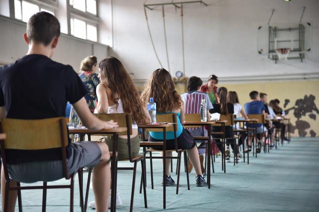 Beogradski mali maturanti dok čekaju polaganje matematike