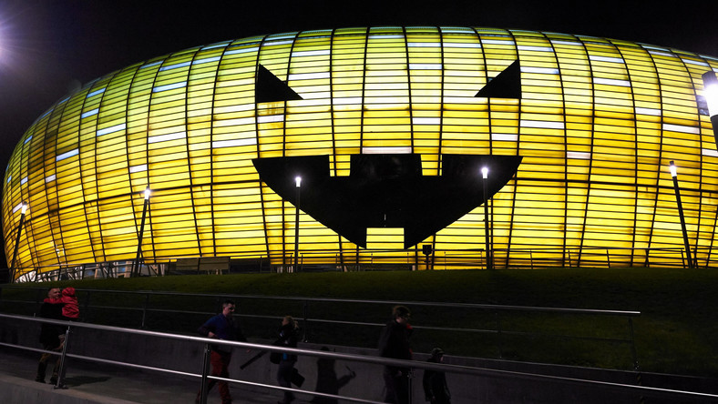 Władze stadionu wynajęły alpinistów, którzy okleili fasadę czarną folią. W czwartkowy wieczór efekt ukazał się w pełnej krasie