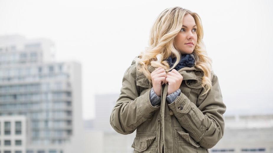 Modna kurtka parka –  jak ją nosić i komu pasuje?