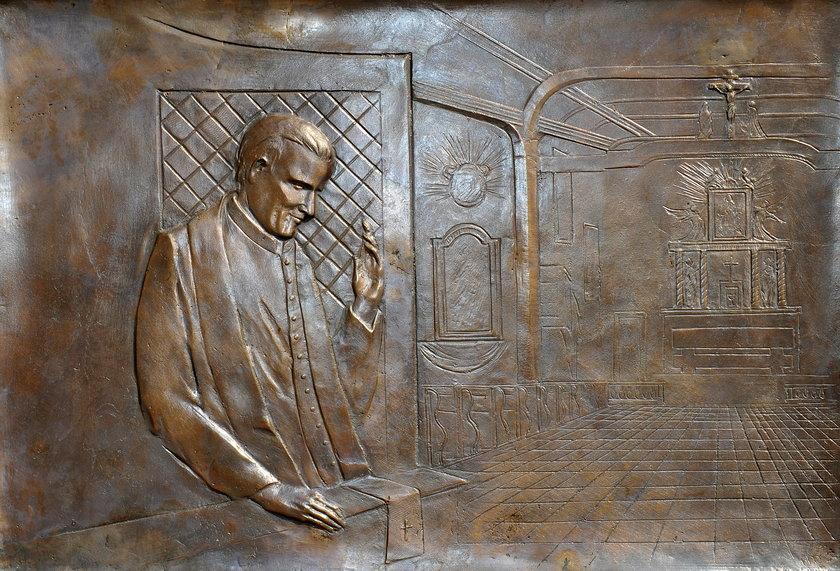 Karol Wojtyła wykuty z brązu