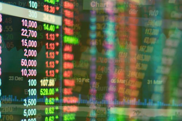 Pieniądz musi pracować i kupuje ryzyko, gdyż tak podpowiada motyw przewodni dla rynkowych nastrojów. A na stroje są dobre, po wyceny rosną. Rynki się zapętlają, nie bacząc na czynniki ryzyka.