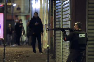 Francuskie siły specjalne rozpoczęły szturm na salę koncertową Bataclan