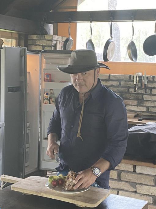 A befektető imádja a konyháját, barátainak hagyományosan ő főz a tanyáján