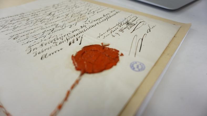 Wśród eksponatów są m.in. listy i dokumenty