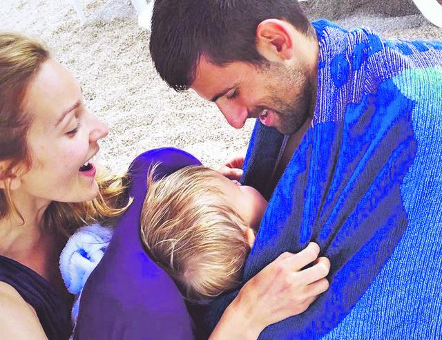 Novak Đoković sa suprugom Jelenom i sinom Stefanom