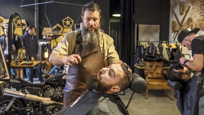 Adam Szulc Fryzjer Gwiazd Strzyże Brody W Brush Barber Shop