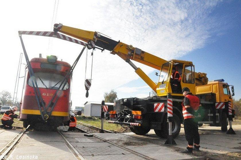 Dźwig podnosi tramwaj