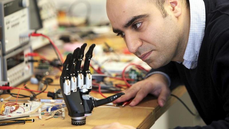 Inteligentna proteza widzi co dotyka