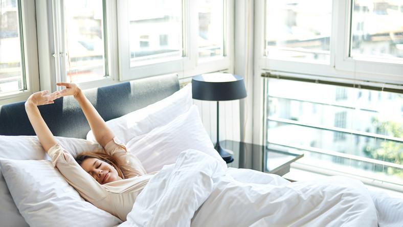 Najlepiej zasnąć pomiędzy godziną 21 a 22. Po dniu pełnym wrażeń może być to trudne do zrobienia. Postarajmy się chociaż wybrać stałą porę na sen i pobudkę, nawet w weekendy. Sen w całości powinien trwać ok. 6-8 h. Kiedy usłyszymy budzik, postarajmy się wstać od razu. Ta wybłagana 5-10 minutowa drzemka zaraz po przebudzeniu nie jest dobrą motywacją do wstawania!