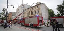 Pożar kamienicy przy Piotrkowskiej w Łodzi. Człowiek na dachu