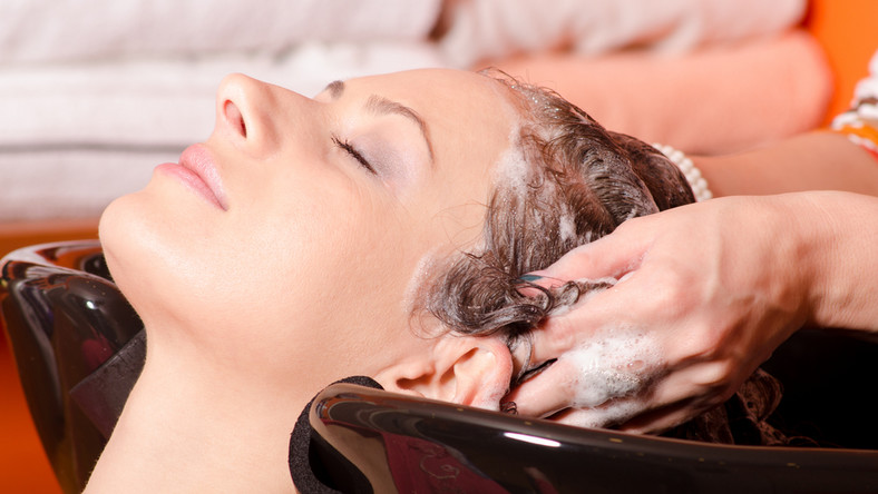 Co daje peeling skóry głowy?