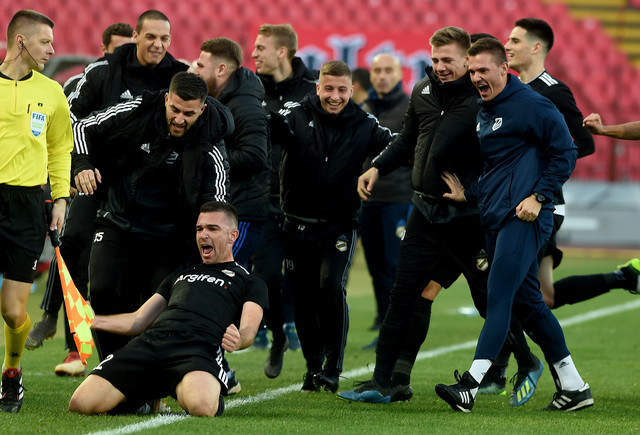 Lazar Stojanović sa saigračima iz Čukaričkog slavi gol sa centra koji je dao Crvenoj zvezdi