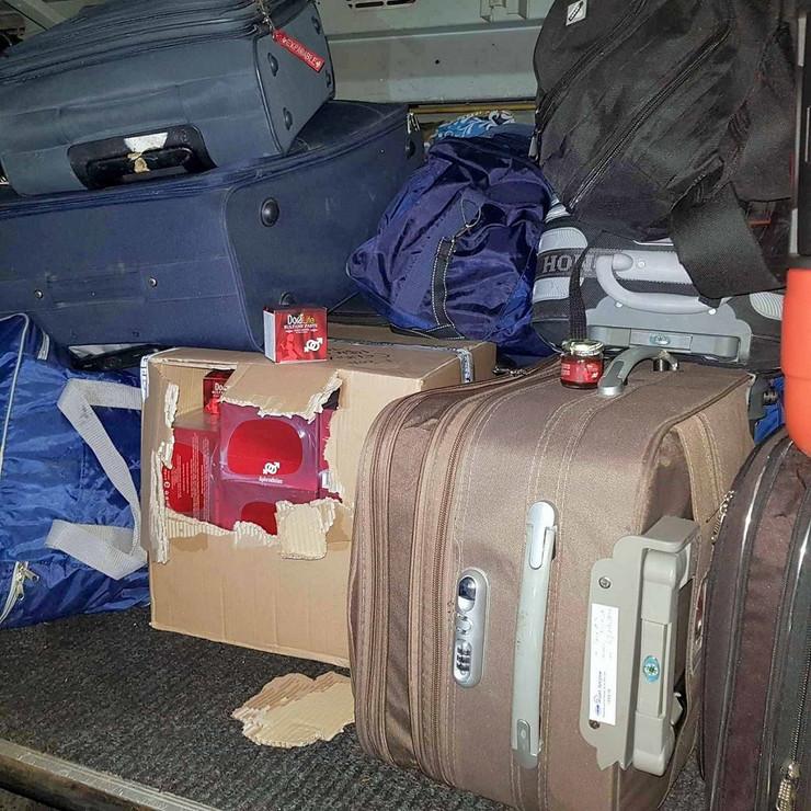 kutija stimulativnih sredstava medju torbama u prtljazniku autobusa