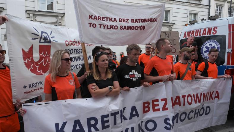 Protest ratowników medycznych przed Ministerstwem Zdrowia w Warszawie