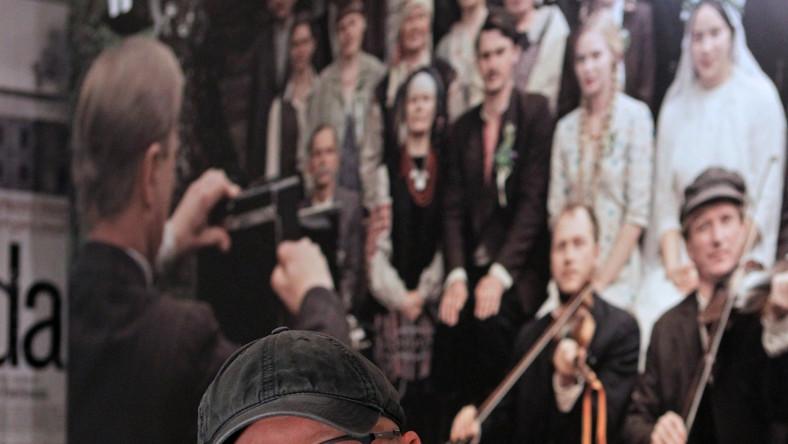 """Zdjęcia do """"Wołynia"""" dobiegły już końca i z tej okazji odbyła sięw Gdyni konferencja twórców jednej z najbardziej oczekiwanych polskich produkcji ostatnich lat. Akcja filmu Wojciecha Smarzowskiego rozgrywa się w czasie II wojny światowej w małej wiosce położonej w południowo-wschodniej części Wołynia. Główną bohaterką opowieści jest zaś 17-letnia Zosia, która zakochuje się w ukraińskim chłopcu. Ojciec chce ją jednak wydać ją za mąż za bogatego Polaka, wdowca z dwójką dzieci."""