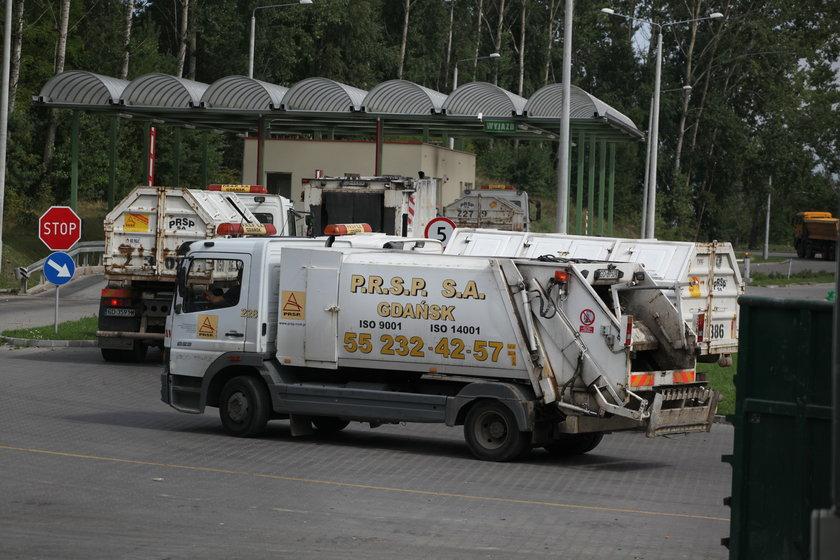 Ciężarówka dowozi śmieci na wysypisko w Szadółkach