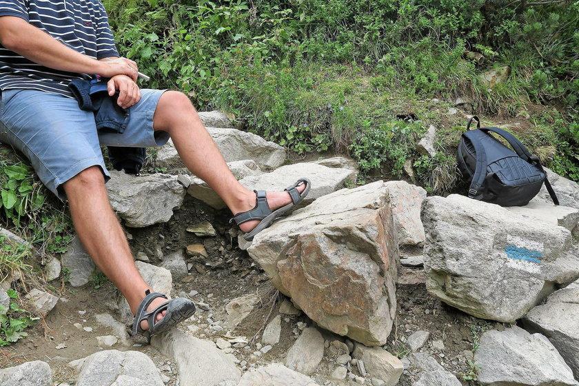 Sandały i krótkie spodnie w górach