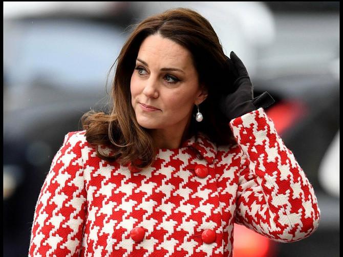 Juče su svi komentarisali ŠIK KAPUT prelepe Kejt: A gotovo isti je pre 28 godina nosila princeza Dajana