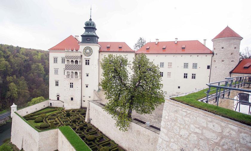 Warowny zamek Pieskowa Skała po renowacji