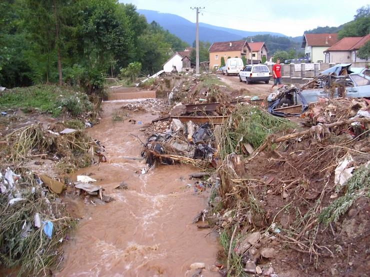 500922_loznica01-posle-poplave-trbusnica-gleda-u-nebo-centar-sela-foto-s.pajic
