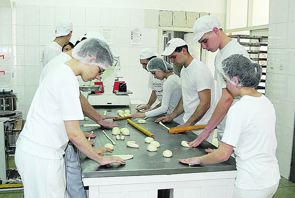 Pored tekstila i kožarstva, učenice se usavršavaju i u školskoj pekari