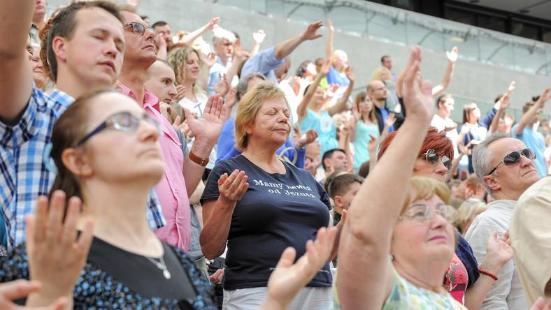 Tłumy ustawiają się do spowiedzi. To fenomen takich spotkań; spowiadamy nawet w kuluarach Stadionu - mówią duchowni.