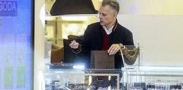 Robert Kozyra robi furorę za ladą w centrum handlowym