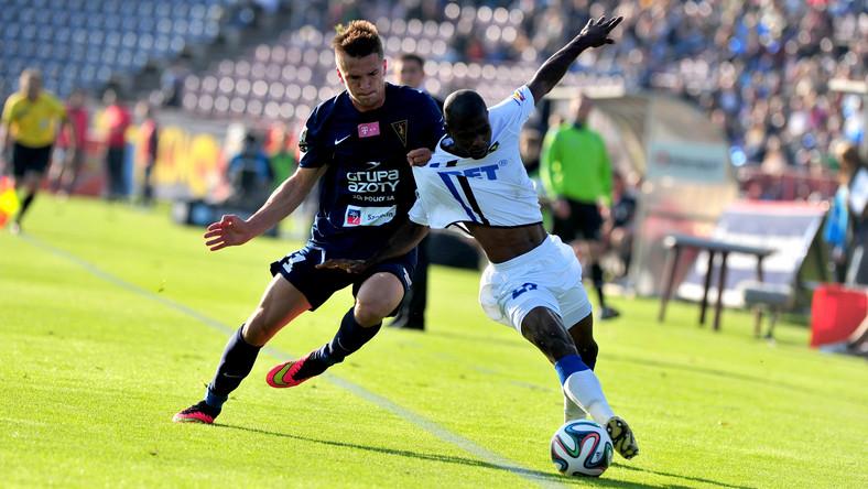 Zawodnik Pogoń Szczecin Sebastian Rudol (L) walczy o piłkę z Luisem Carlosem (P) z Zawiszy Bydgoszcz