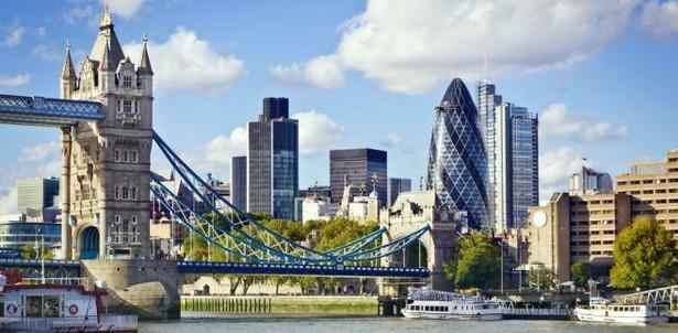 1. Londyn – zajmuje czołowe miejsca na listach najchętniej odwiedzanych miast świata. Niezliczona ilość zabytków, muzeów i innych atrakcji turystycznych powoduje, że turyści szturmują to miasto przez cały rok.