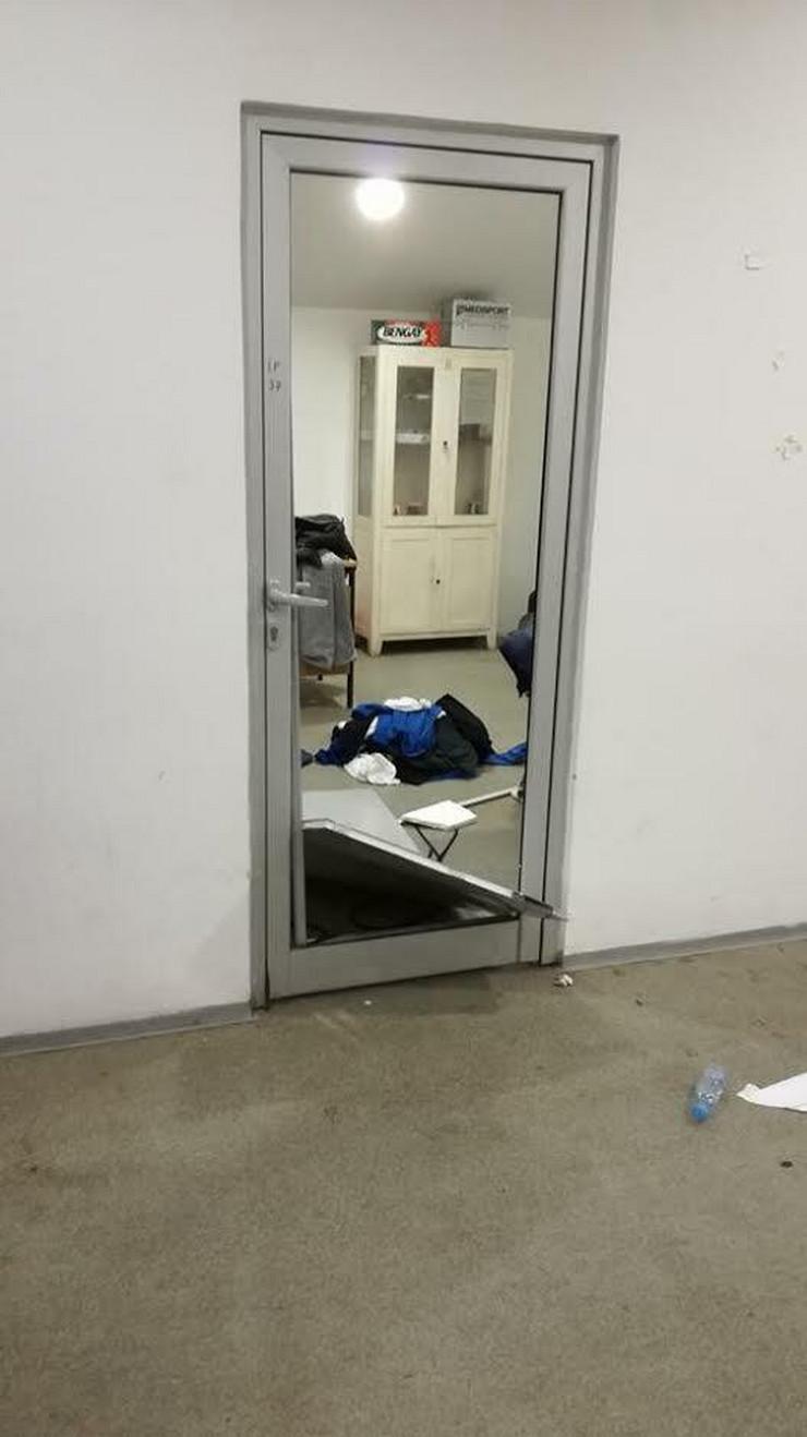 Razlupana vrata u svlačionici Radničkog