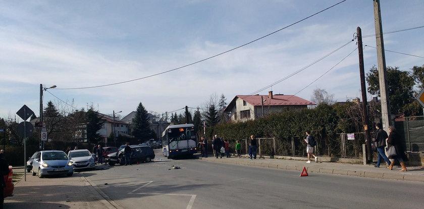 Czołowe zderzenie autobusu MPK z samochodem osobowym. Są ranni