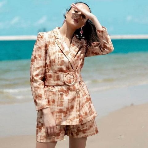 Kessiana is presently an interior Designer / Fashion & Marketing Consultant.  [Instagram/KessianaThorley]