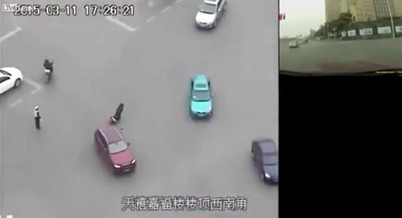 Momenat kada vozač dodaje gas i ostavlja nepomičnog policajca da leži