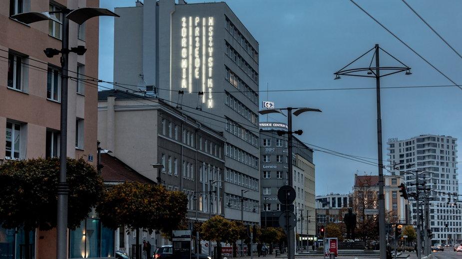 Neon na ścianie szpitala w Gdyni. Hasło do wszystkich mieszkańców