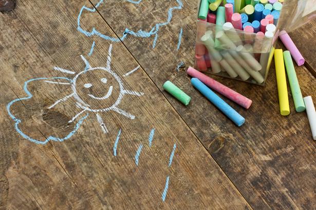 W polskim systemie edukacji stopniowe obniżanie wieku obowiązku szkolnego rozpoczęto w 2009 r. Przez pięć lat - do września 2013 r. - decyzję o tym, czy dziecko rozpocznie naukę w wieku sześciu czy siedmiu lat, podejmowali rodzice.