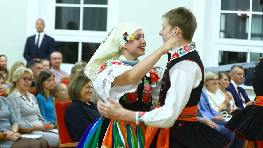 Występ artystyczny zespołu tańca ludowego Związku Polaków w Łotwie Kukułeczka