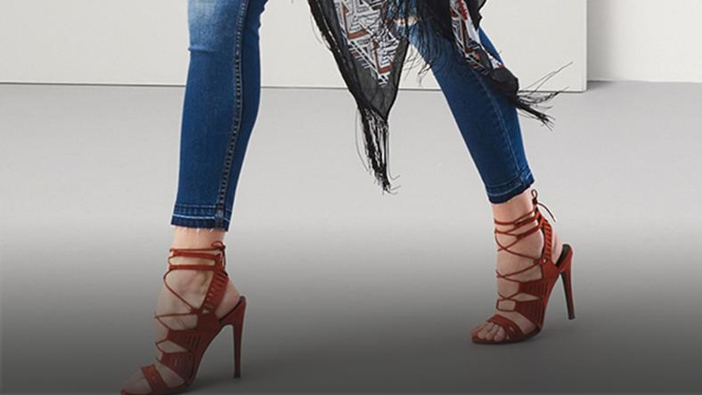 Z czym nosić sandały wiązane wokół kostki? Moda