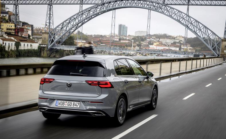 Volkswagen Golf VIII już w podstawowej wersji to: diodowe reflektory i diodowe tylne lampy, system Keyless Start, cyfrowy zestaw wskaźników, dostęp do usług mobilnych oraz funkcji We Connect i We Connect Plus, wielofunkcyjna kierownica, automatyczna klimatyzacja, system Lane Assist utrzymujący auto na wybranym pasie ruchu, monitorującyprzestrzeń przed autemsystem Front Assist z funkcją awaryjnego hamowania w mieście oraz funkcją prewencyjnej ochrony pieszych, a także system komunikacji między pojazdami Car2X